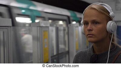 metro, miejski, kobieta, muzykować słuchanie