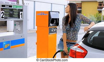 mettre, femme voiture, essence, elle