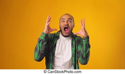 mettre, fond, haut, homme, effrayé, très, crier, jaune, mains, choqué