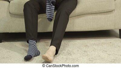 mettre, sien, chaussettes, homme