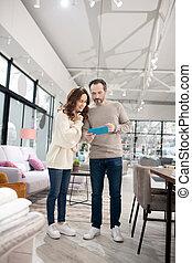 meubles, salon, debout, intéressé, regarder, couple