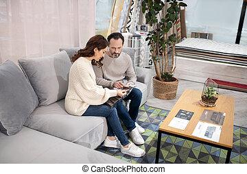 meubles, salon, femme, choisir, détails, homme