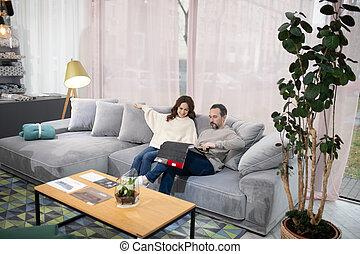 meubles, salon, femme, intéressé, homme, regarder