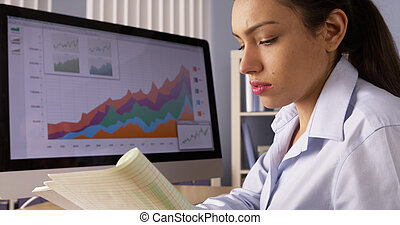 mexicaanse , businesswoman, schrijfaantekeningen, door, computer