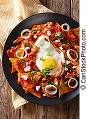 mexicaanse , verticaal, breakfast:, bovenzijde, close-up., chilaquiles, laf ei, aanzicht
