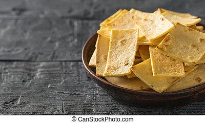 mexicano, tortilla lasca, com, queijo, em, um, argila, tigela, ligado, um, pretas, madeira, tabela.