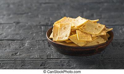 mexicano, tortilla lasca, com, queijo, em, um, argila, tigela, ligado, um, rústico, madeira, tabela., cópia, space.