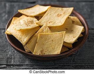 mexicano, tortilla lasca, com, queijo, em, um, argila, tigela, ligado, um, rústico, madeira, tabela.
