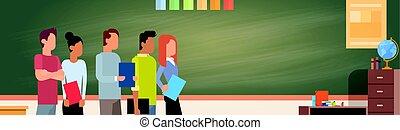mezcla, carrera, estudiante, grupo, encima, verde, pizarra, tenencia, libros, educación de la universidad