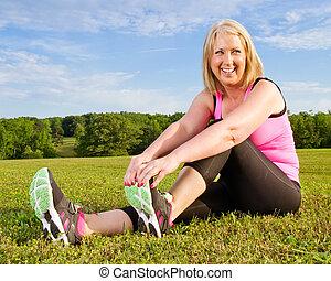 mezza età, donna, in, lei, 40s, stiramento, per, esercizio,...