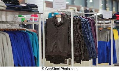 mezza età, uomo, chooses, uno, giacca, in, negozio