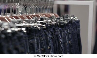 mezza età, uomo, chooses, uno, jeans, in, negozio