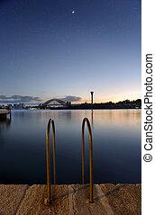 mezzaluna, 橋, 上に, 港, シドニー, たそがれ