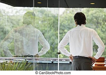 mezzo, dall'aspetto, finestra, attraverso, adulto, uomo