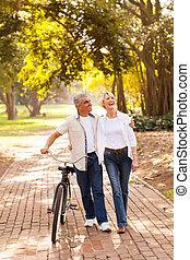 mezzo, età, coppia camminando, fuori