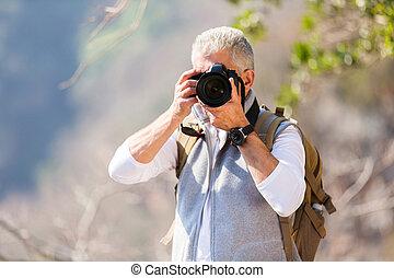 mezzo, presa foto, macchina fotografica, invecchiato, uomo