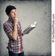 mezzo, su, dall'aspetto, pensieroso, libro, adulto, uomo