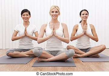 międzyrasowy, grupa, od, trzy, piękni kobiety, w, yoga ustawiają