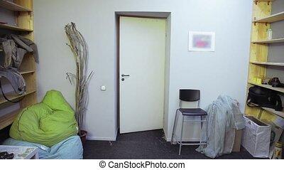 mięsień, drzwi, room., koszula, młody, chód, czarny człowiek, mały, poważny, biały, sport, otwarty, kalesony