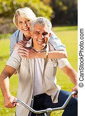 mi, âge, couple, sur, une, vélo, dehors