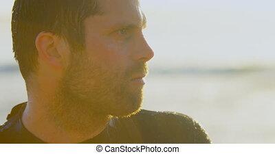 mi-adulte, debout, pendant, mâle, surfeur, coucher soleil, caucasien, 4k, gros plan, plage