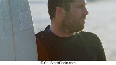 mi-adulte, debout, pendant, vue côté, mâle, surfeur, coucher soleil, caucasien, 4k, planche surf, plage