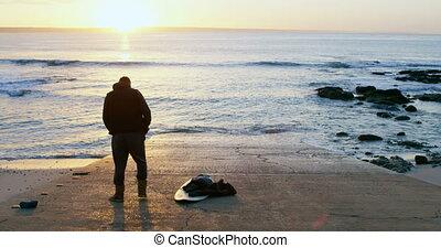 mi-adulte, debout, vue, arrière, homme, plage, planche surf, 4k