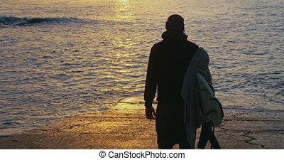 mi-adulte, marche, vue, arrière, homme, plage, planche surf, 4k