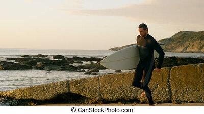 mi-adulte, marche, vue côté, mâle, surfeur, caucasien, 4k, planche surf, plage