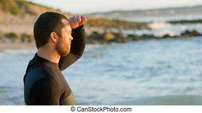 mi-adulte, plage, côté, vue mer, regarder, mâle, surfeur, caucasien, 4k, yeux, blinder