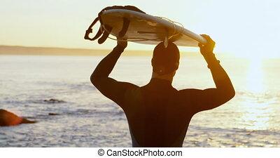 mi-adulte, sien, vue, arrière, porter, mâle, surfeur, tête, ...