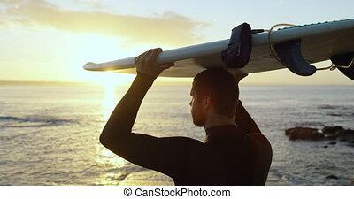 mi-adulte, sien, vue, arrière, porter, mâle, surfeur, tête, caucasien, plage, planche surf, 4k