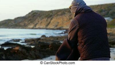 mi-adulte, vue côté, caucasien, enlever, homme, 4k, vêtements, plage