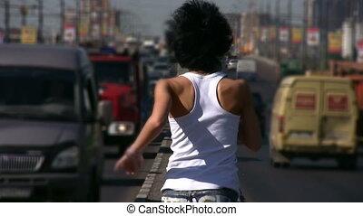 miasto, biegnie, środek, aparat fotograficzny, dziewczyna, szosa