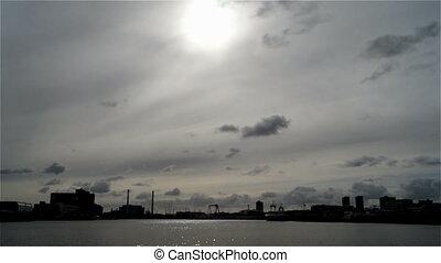 miasto, chmury, statek, rzeka, niebo, słońce, most
