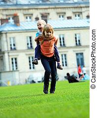 miasto, interpretacja, brat, dziewczyna, szkoła, mały, razem, wyścigi, jej, piggyback, szczęśliwy, dzieciaki, park