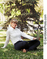 miasto, kobieta handlowa, laptop, park, używając, szczęśliwy