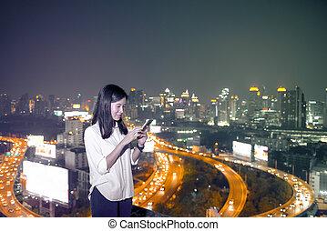 miasto, kobieta, poddasze, handlowy, bangkok, smartphone, asian, używając