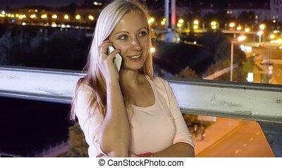 miasto, kobieta, rozmawianie, noc, telefon