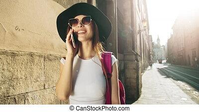 miasto, kobieta, smartphone, turysta, mówiąc