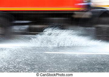miasto, napędowy, podtapiany, wóz, bryzgając, deszcz polewają, droga