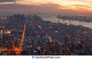 miasto nowego yorku, manhattan, panorama, antenowy prospekt, z, sylwetka na tle nieba, na, sunset.