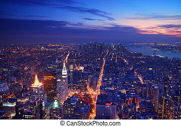 miasto nowego yorku, manhattan skyline, antenowy prospekt, panorama, na, zachód słońca