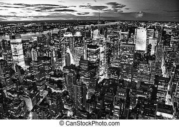 miasto nowego yorku skyline, przez, noc