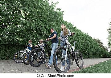 miasto, pieszy, rodzina, bicycles, park., szczęśliwy