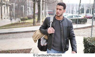 miasto, plecak, pieszy, przystojny, człowiek, młody