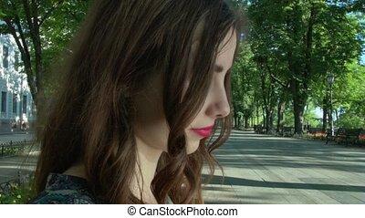 miasto, posiedzenie, park, bench., portret, uśmiechnięta dziewczyna
