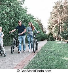 miasto, rodzina, jazda, park, dwa, rower, dzieci
