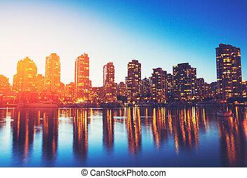 miasto skyline, na, zachód słońca