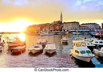 miasto, stary, port, rovinj, na, morze, zachód słońca, wibrujący, łódki, chorwacja